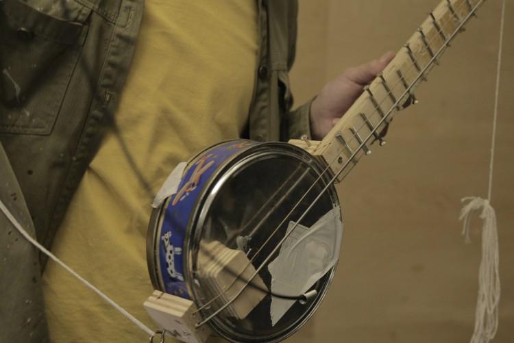 Espécie de banjo/shamisen que levava parafusos na parte interna (se assemelhando a um berimbau).